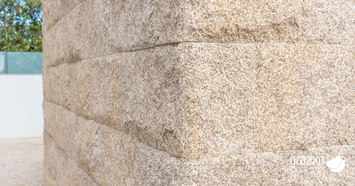 revestimento exterior de granito amarelo em moradia