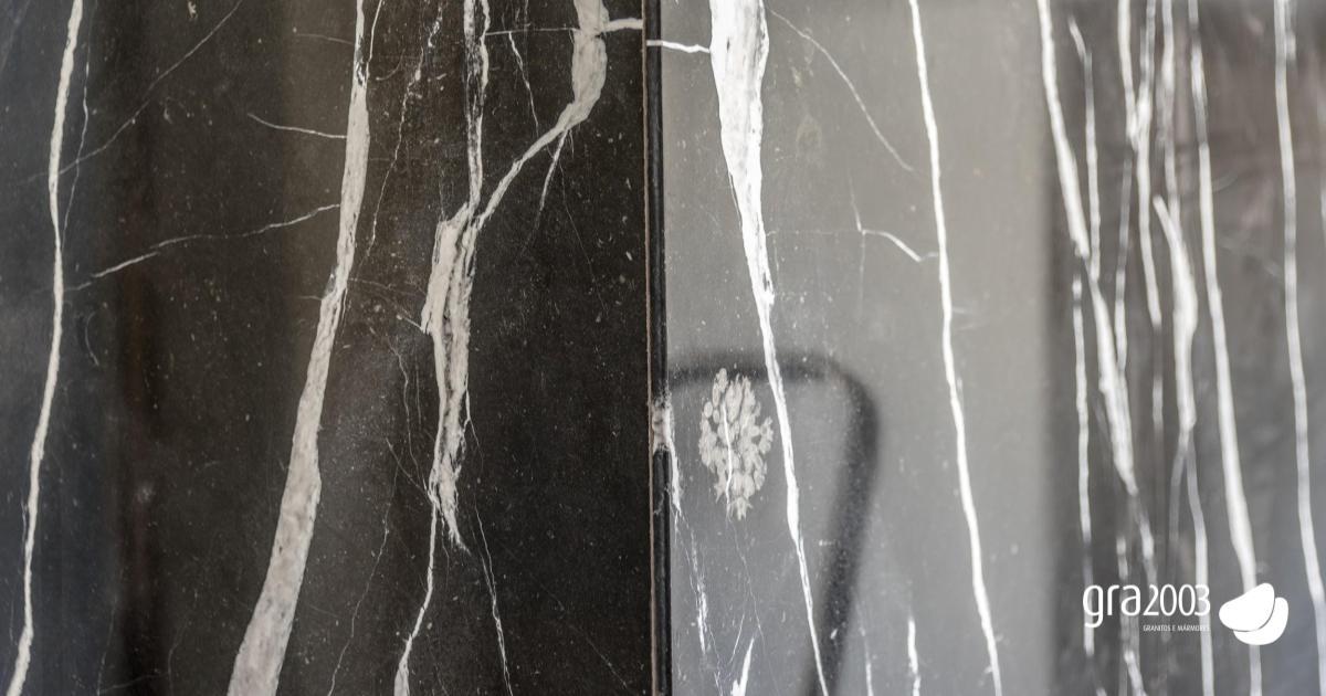 pormenor de mármore preto riscado