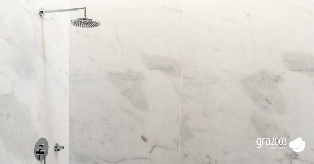 mármore aplicado em casa de banho