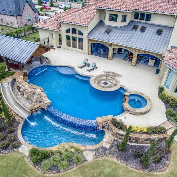 piscina com bordadura em granito e outras pedras naturais