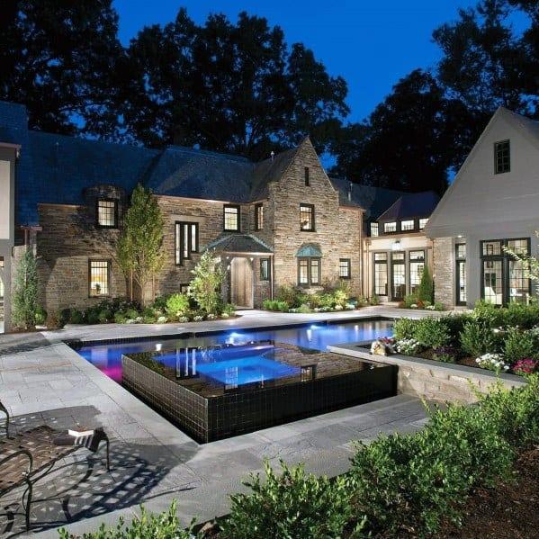 piscina de luxo com decoração em granito