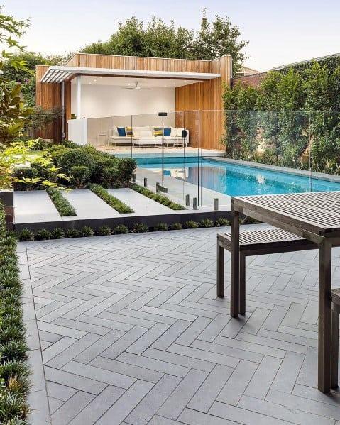 pátio moderno piscina e granito